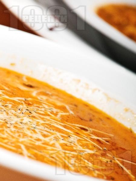 Вегетарианска кем супа от червена леща, картофи и мляко поднесена с настърган кашкавал - снимка на рецептата